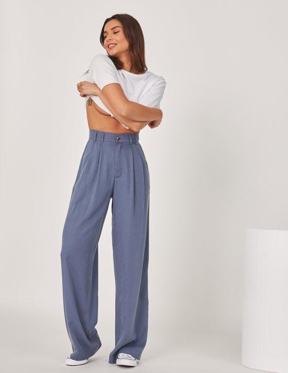 Γυναικείο παντελόνι με φαρδύ άνετο μπατζάκι με διακοσμητικές πιέτες και κουμπί εμπρός