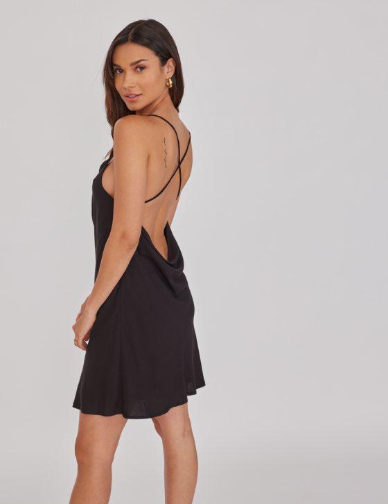 Κοντό φόρεμα με ντραπέ λαιμόκοψη και πλάτη με χιαστή λεπτές τιράντες